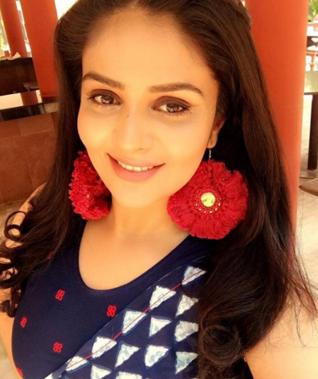 Sreemukhi flaunting the flower earrings