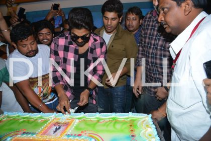 Allu Arjun cutting the huge cake gifted by his fans