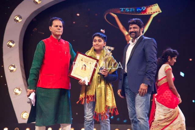 T Subbirami Reddy and Balakrishna present the award to a child artiist