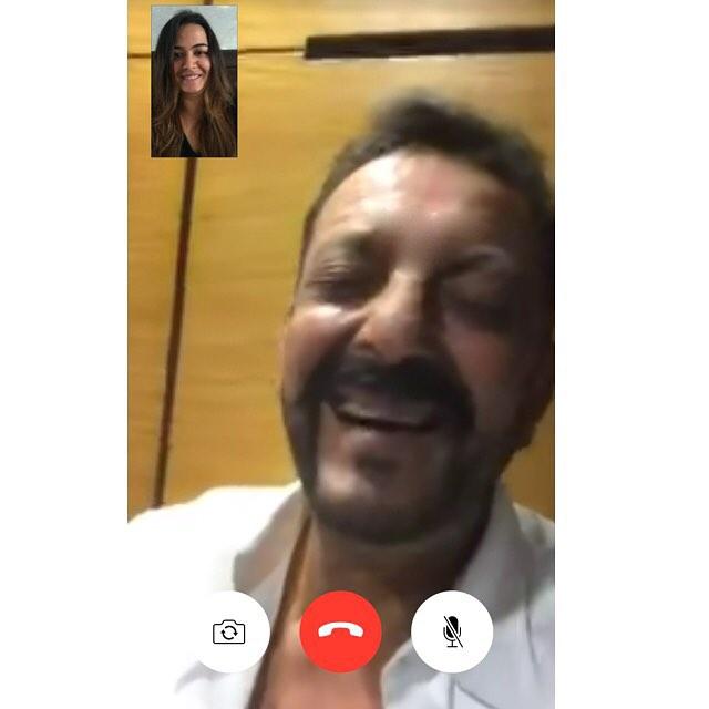 त्रिशला से वीडियो कॉल पर बात करते हुए संजय दत्त