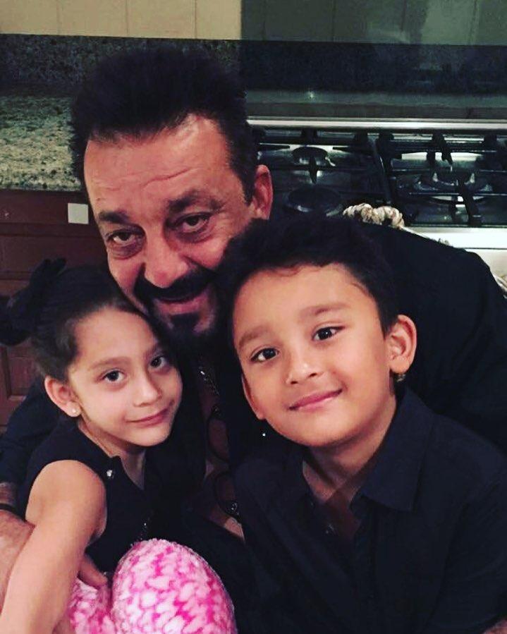 अपने जुड़वाँ बच्चो के साथ संजय दत्त