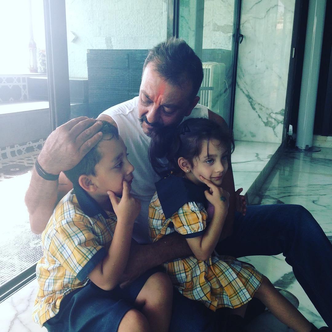 अपने बच्चों इकरा और शाहरान के साथ संजय दत्त