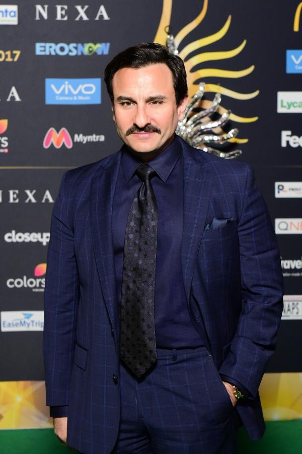 डार्क ब्लू सूट में सैफ अली खान लग रहे हैं डैपर
