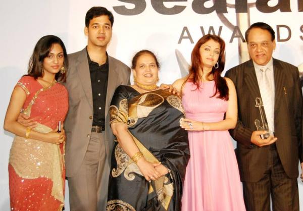 अपने परिवार के साथ ऐश्वर्य राय बाच्चन, बायें तरफ भाई आदित्य और उनकी पत्नी