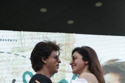 शाहरुख़ खान और अनुष्का शर्मा ने इस स्टाइलिश अवतार में किया जब हैरी मेट सेजल का प्रमोशन, देखें PHOTOS