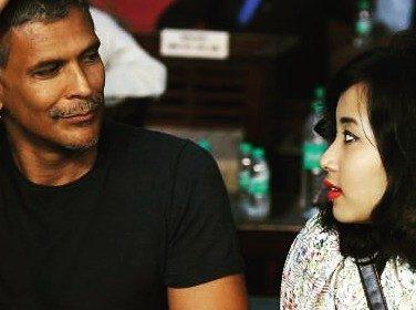 18 साल की गर्लफ्रेंड के साथ फोटो शेयर कर फंस गए 51 साल के मिलिंद सुमन