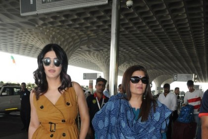 Photos: Shruti Haasan and mom Sarika at the Mumbai airport