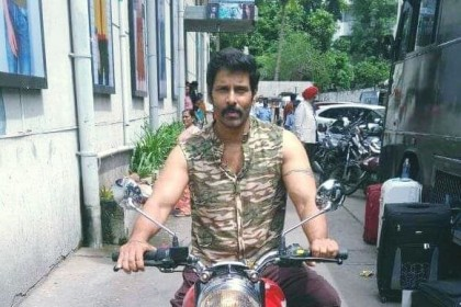 These stills from Saamy Square prove that Vikram has not aged one bit