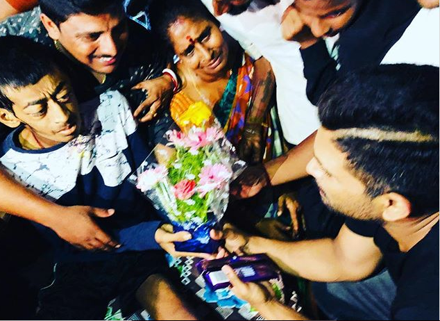 Allu Arjun fulfills last wish of his die-hard fan and its heart touching!