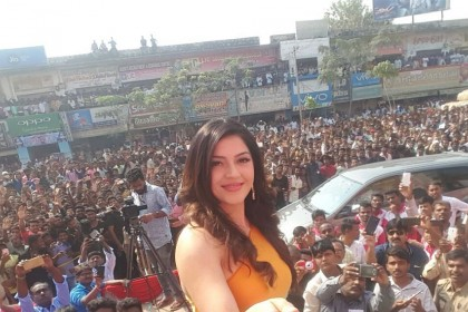 Fans come to rescue Mehreen Pirzada after she ends in a weird situation