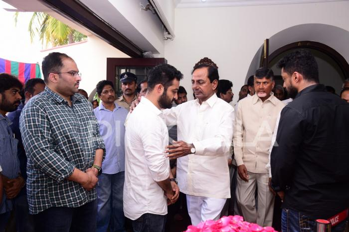 Nandamuri Harikrishna's last journey: Jr NTR, Chandrababu Naidu and other celebrities pay tribute